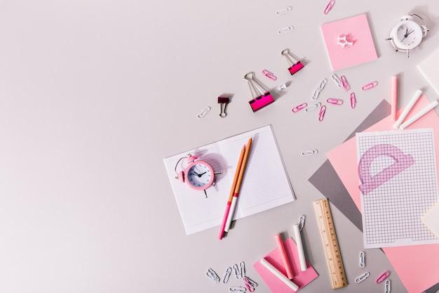 Samenstelling van meisjesachtig kantoorbenodigdheden in roze en witte tinten. Gratis Foto