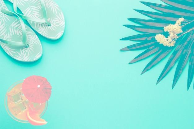 Samenstelling van sandalen cocktailblad en bloemen Gratis Foto