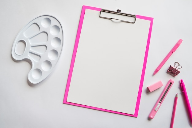 Samenstelling van schetsbord pennen potlood briefpapier mes en pallet Gratis Foto