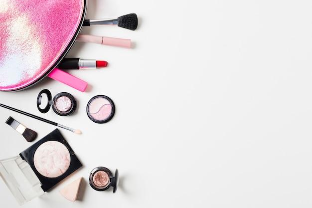 Samenstelling van schoonheidsgeval en make-uphulpmiddelen Gratis Foto
