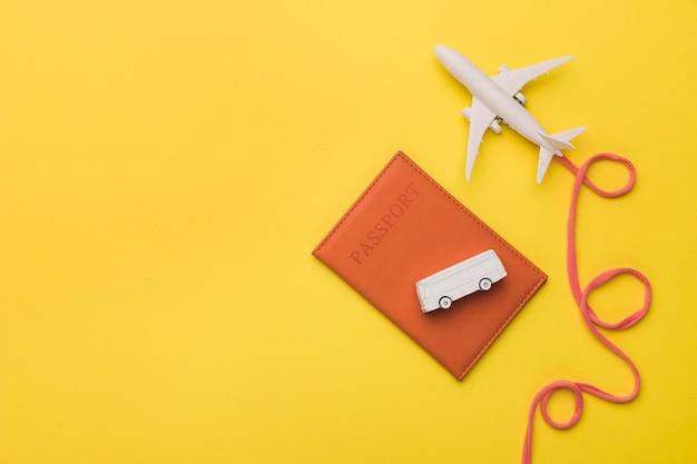 Samenstelling van stuk speelgoed straal met luchtvaartlijnpaspoort en bus Gratis Foto