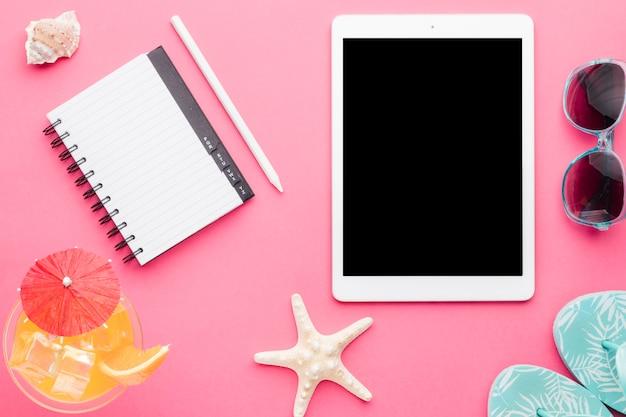 Samenstelling van tablet drinken notitieblok met potlood sandalen Gratis Foto