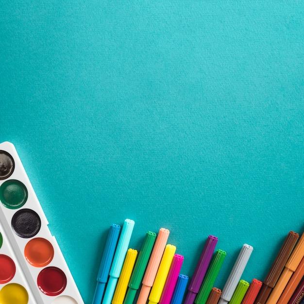 Samenstelling van waterverf en viltstiften voor tekening Gratis Foto