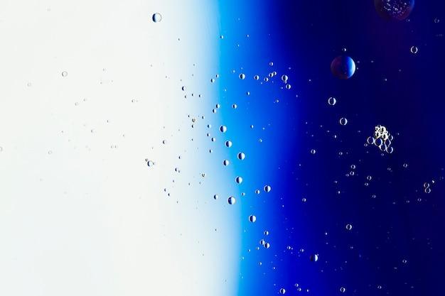 Samenvatting gekleurde achtergrond met verscheidenheid van transparante regendruppels Gratis Foto