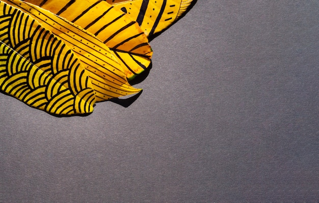 Samenvatting geschilderde bladeren met exemplaar ruimteachtergrond Gratis Foto