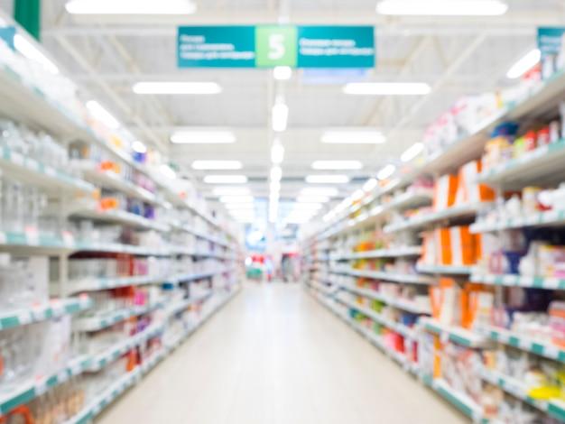 Samenvatting vage supermarktdoorgang met kleurrijke planken Premium Foto