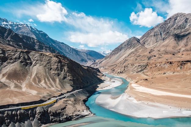 Samenvloeiing van de indus en zanskar rivieren in leh ladakh, india Gratis Foto