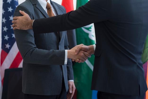 Samenwerking van internationale zakenlieden, internationale vlag Premium Foto