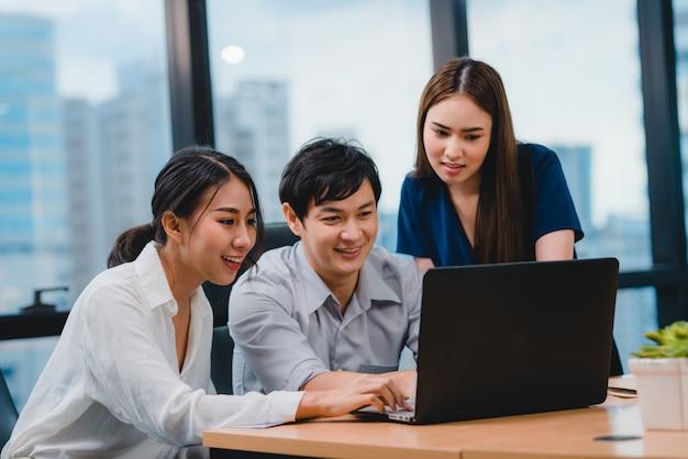 Samenwerkingsproces van multiculturele zakenmensen met behulp van laptoppresentatie en communicatiebijeenkomst brainstormideeën over projectcollega's die de successtrategie van het werkplan in modern bureau werken. Gratis Foto