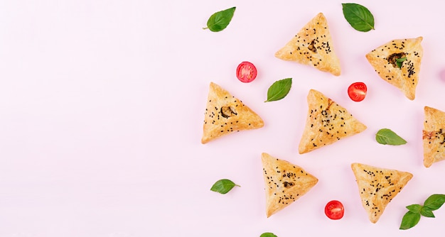 Samosa's met kipfilet en groene kruiden Gratis Foto