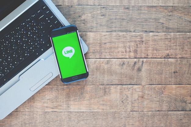 Samsung mobile geopend voor line-applicatie. Premium Foto