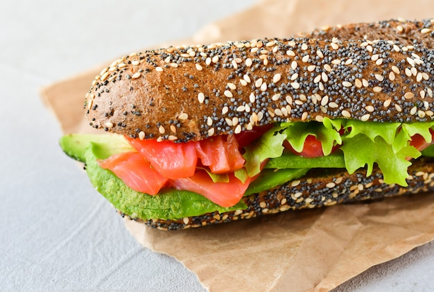 Sandwich met avocado en zalm Premium Foto