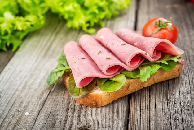 Sandwich met ham en groenten. biologische producten op een houten tafel Premium Foto
