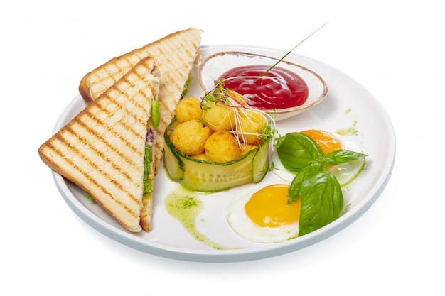 Sandwich met ham, kaas, tomaten, sla en geroosterd brood. bovenaanzicht geïsoleerd op een witte achtergrond. Premium Foto
