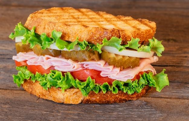 Sandwich met ham, sla en tomaten Premium Foto