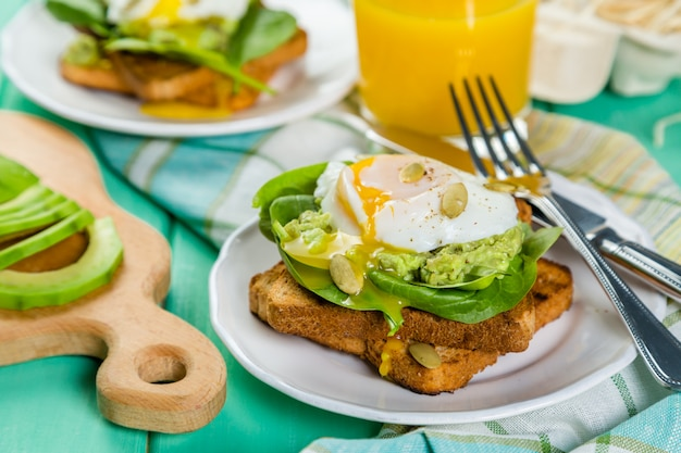 Sandwich met spinazie, avocado en ei Premium Foto