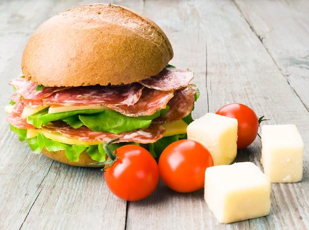 Sandwich met vlees, tomaat, kaas en sla Premium Foto