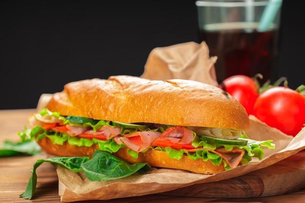 Sandwich op een houten tafel Premium Foto