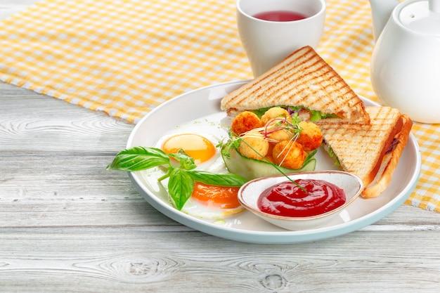 Sandwich panini met en basilicum met kaasballetjes Premium Foto