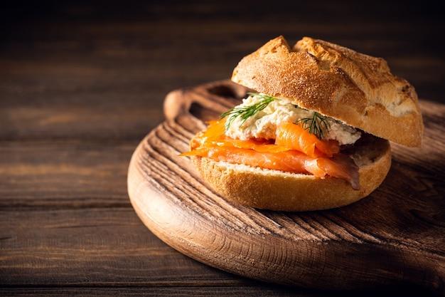 Sandwiche met zalm en kruidenboter op oude houten tafel Premium Foto