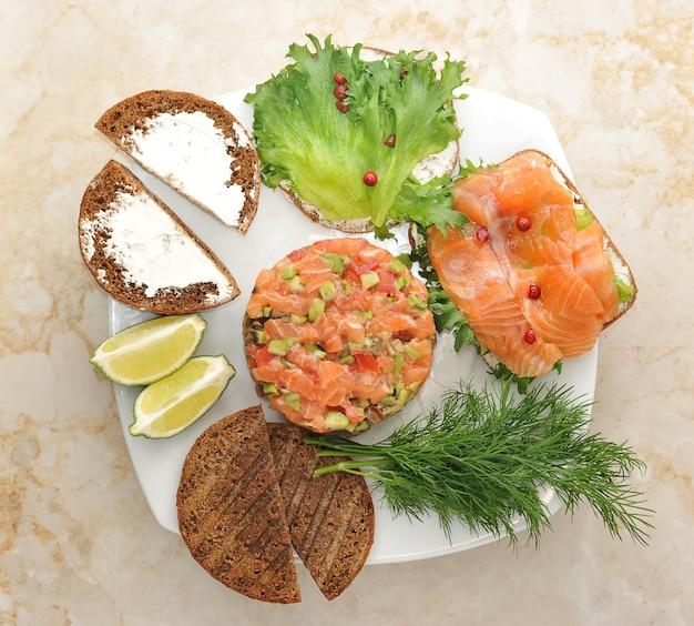 Sandwiches met rode vis en tandsteen van zalm op een bord Premium Foto