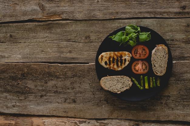 Sandwichingrediënten op de tafel Gratis Foto