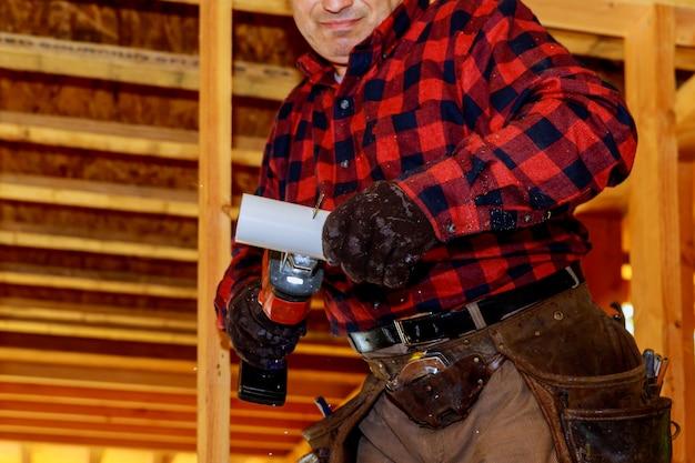Sanitair met behulp van een decoupeerzaag pijp in aanbouw Premium Foto