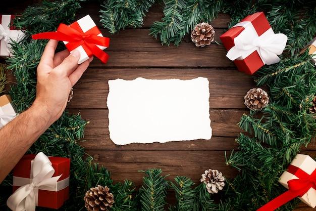 Santa claus-brief met kerstmiselementen wordt verfraaid op een mooie houten achtergrond die Gratis Foto