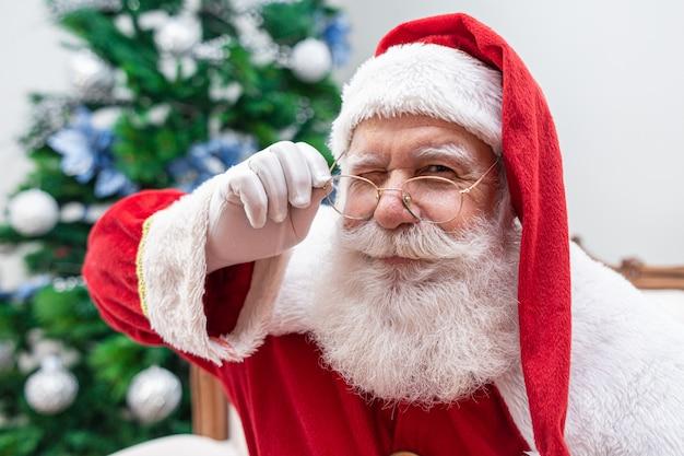 Santa claus die de camera bekijkt Premium Foto