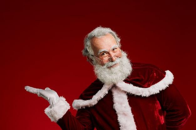 Santa presenteren op rood Premium Foto