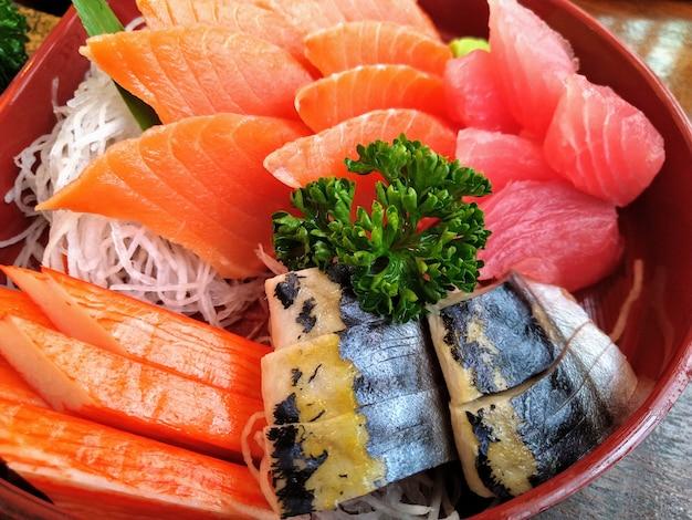 Sashimi set, zalm tonijn saba en alaska krabstick Premium Foto