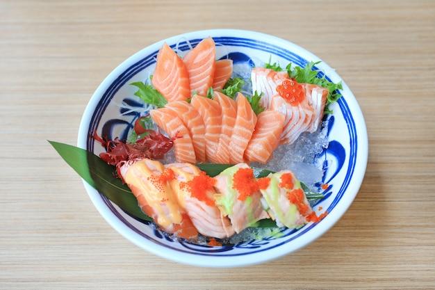 Sashimi sushi set geserveerd op ijs tegen houten tafel. japans eten. Premium Foto