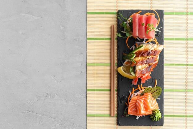 Sashimi sushi van zalm, paling en tonijn geserveerd op plaat close-up Premium Foto