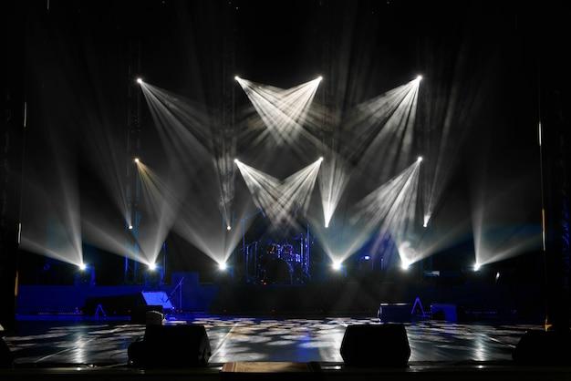 Scène, podiumlamp met gekleurde schijnwerpers en rook Premium Foto