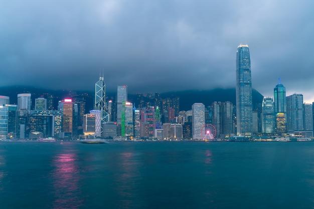 Scène van de victoria harbour in hong kong. victoria harbour is de beroemde attractie die toeristen kunnen bezoeken Premium Foto
