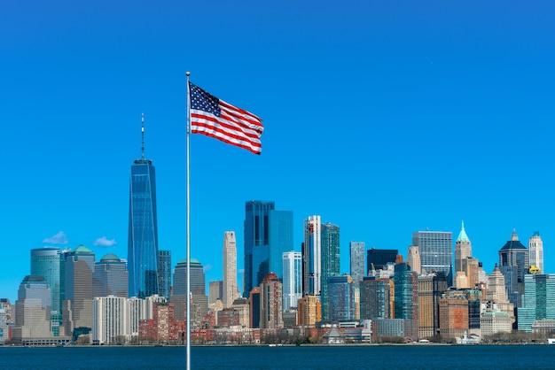 Scène van vlag van amerika over stads de rivierkant van new york cityscape welke plaats lager manhattan is Premium Foto