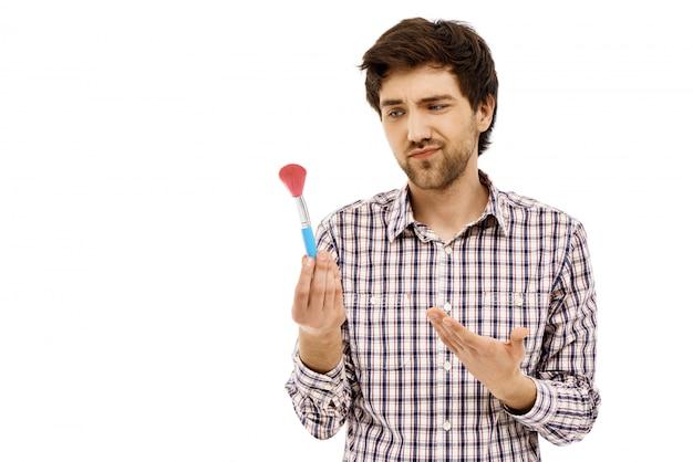 Sceptisch vriendje wijst naar make-upborstel Gratis Foto
