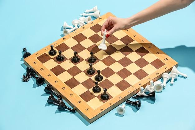 Schaakbord en spelconcept van zakelijke ideeën en concurrentie. Gratis Foto