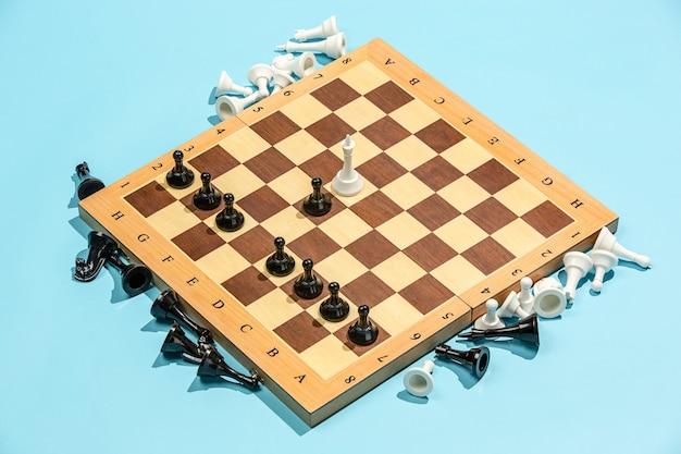 Schaakbord en spelconcept. zakelijke ideeën, concurrentie, strategie en nieuwe ideeën concept. Gratis Foto