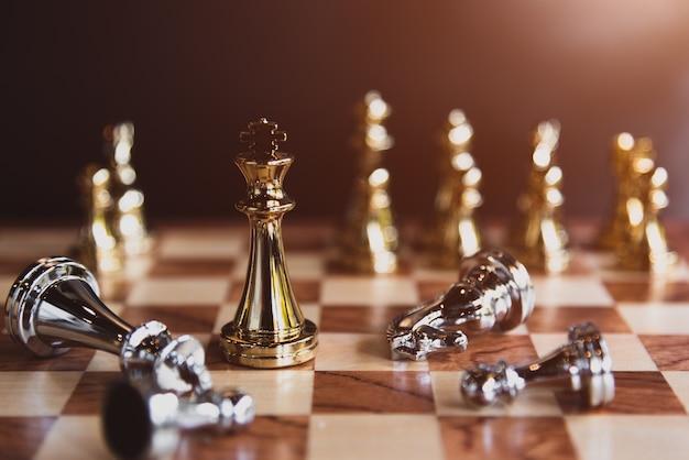 Schaakbordspellen voor de winnaar van de laatste prijs in de competitie voor het delen van zakelijke markten Premium Foto