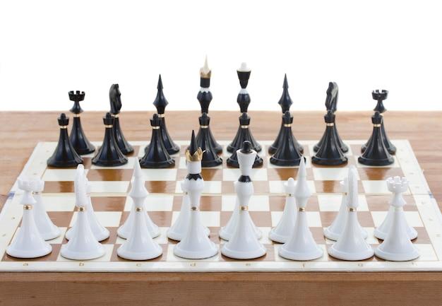 Schaakmat witte ridder verslaat zwarte koning close-up Premium Foto