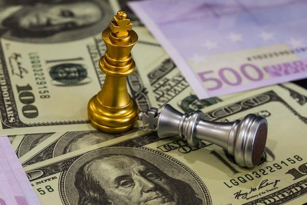 Schaakspel op schaakbord achter zakenman achtergrond. bedrijfsconcept om financiële informatie en marketingstrategieanalyse voor te stellen. Premium Foto