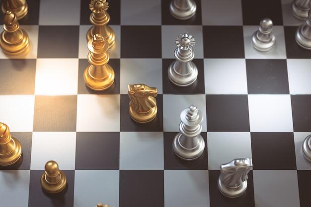 Schaakspel, zet het bord te wachten om te spelen in zowel gouden als zilveren stukken vervagen Premium Foto