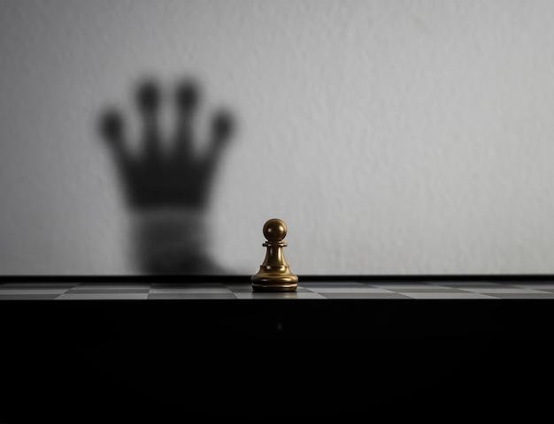 Schaakstuk is veranderd in de schaduw van de kroon. Gratis Foto