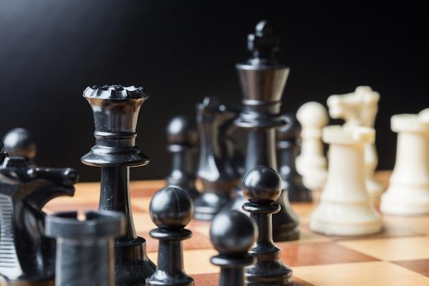 Schaakstukken op een schaakbord Premium Foto