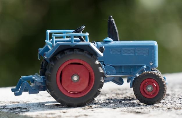 Schaalmodel van blauwe landbouwtractor Premium Foto