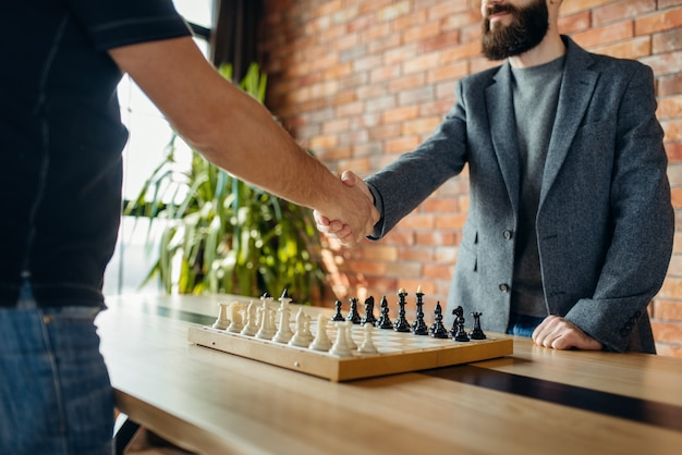 Schakers schudden elkaar de hand voor de wedstrijd Premium Foto