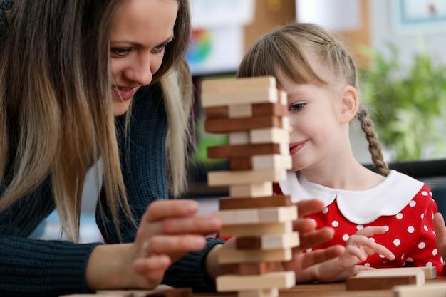 Schattig kind spelen met speelgoed Premium Foto