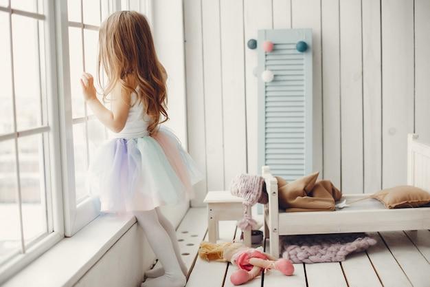 Schattig klein meisje dansen thuis Gratis Foto