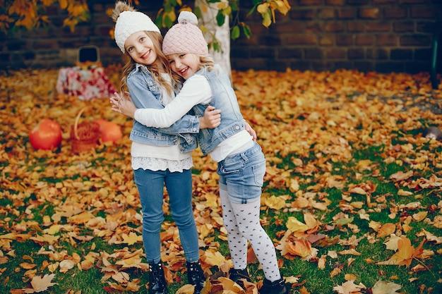 Schattig klein meisje in een herfst park Gratis Foto